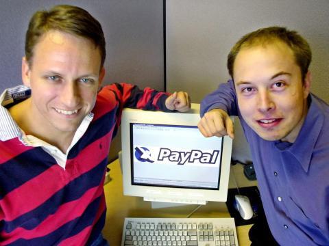 Peter Thiel, izquierda, y Elon Musk, derecha, posan para un artículo de 1999 sobre su empresa, PayPal.