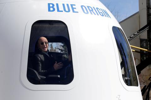 Jeff Bezos, en la cápsula del cohete New Shepard, de Blue Origin.