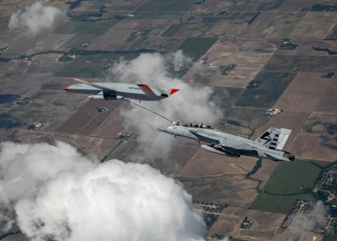 El Boeing MQ-25 T1 transfiere combustible a un Super Hornet F/A-18 de la Armada de los EEUU., el pasado 4 de junio, lo que marca la primera vez en la historia que un avión no tripulado ha repostado a otro avión.
