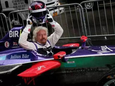 Richard Branson posa en el coche de Fórmula E de DS Virgin Racing para promocionar el Campeonato de Fórmula E de la FIA en el Gran Premio de Nueva York.