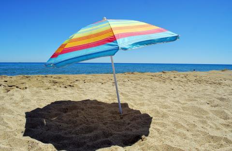 Una sombrilla en la arena de la playa