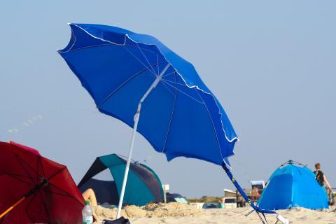 Una sombrilla torcida para evitar el viento.