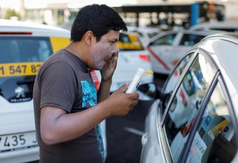 taxista se echa crema solar verano calor