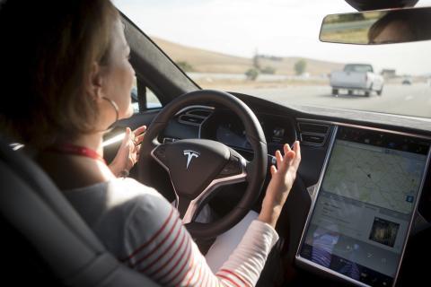 Un Tesla con la función piloto automático activada.