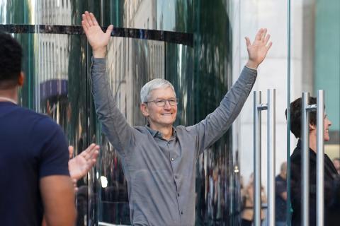 Tim Cook, CEO de Apple, en una foto de archivo de 2019 fuera de la Apple Store de la Quinta Avenida, en Nueva York.