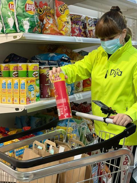 Una trabajadora de Dija recoge la compra antes del envío