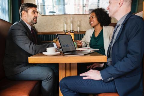 Tres personas en una entrevista de trabajo en un bar.