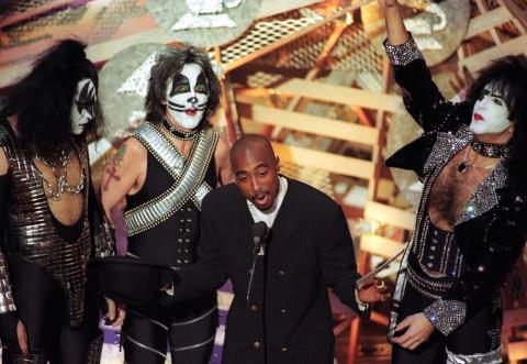 Tupac Shakur junto a Kiss en los Grammy de 1996.