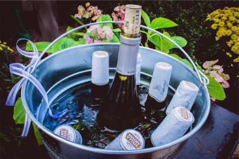 Unas cuantas cervezas en un cubo con hielo, agua y, quizás, sal.