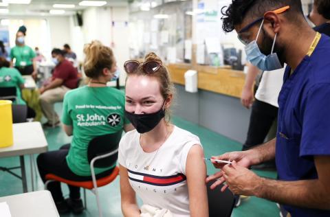 Vacunación con la candidata de Pfizer y BioNTech.