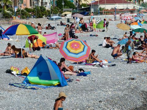 Varias personas en la playa.