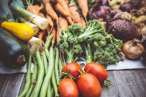 Procura introducir en tu dieta verduras de todos los colores.