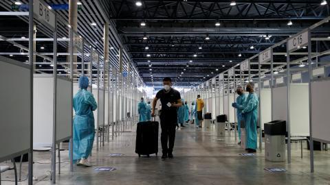 Los visitantes llegan al MWC 2021.