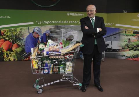 Juan Roig, presidente ejecutivo de Mercadona, poda junto a un carrito de la compra. Heino Kalis/Reuters