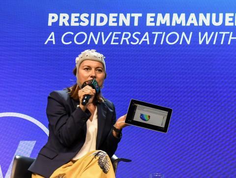 Ana Maiques, CEO y cofundadora de Neuroelectrics, en un acto reciente con el dispositivo Starstim en su cabeza.