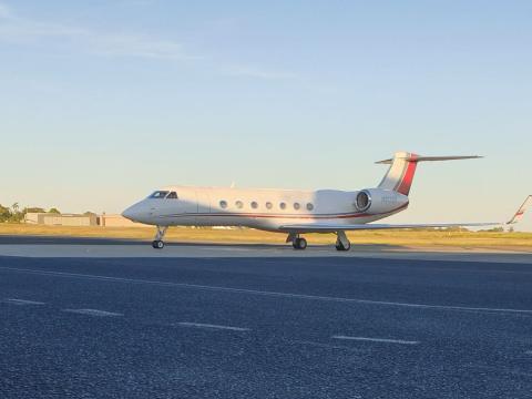 Un avión con licencia de Blue City Holdings, entidad vinculada a Larry Page, en la pista de un aeropuerto de Fiyi.