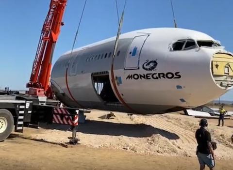 Operarios trasladan el avión al desierto de Los Monegros. Monegros Desert Festival/Instagram