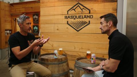 Kevin Patricio junto a Manuel del Campo, CEO de Axel Springer España y autor de la entrevista
