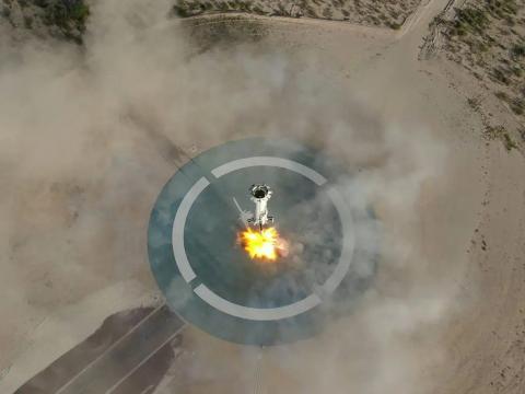 El propulsor New Shepard aterriza después del quinto vuelo del vehículo, el 2 de mayo de 2019.