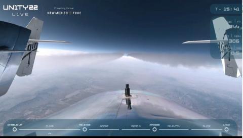 Una captura de pantalla de la transmisión en vivo de Virgin Galactic muestra el avión espacial, a bordo de su nave nodriza VMS Eve, llevando a Richard Branson y su tripulación a los cielos de Nuevo México, el 11 de julio de 2021.