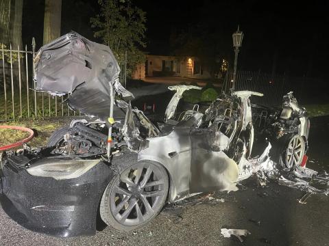 El Tesla Model S Plaid después de que se apagara el fuego