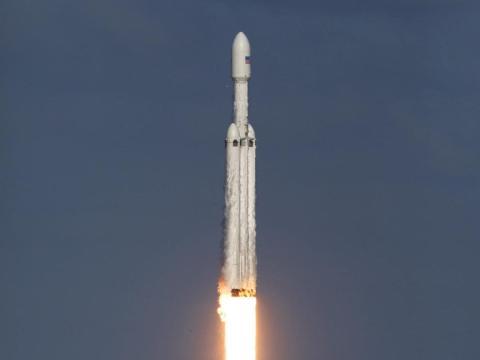 Un cohete SpaceX Falcon Heavy se lanza en un vuelo de demostración desde el Complejo de Lanzamiento 39A en el Centro Espacial Kennedy de la NASA en Florida.