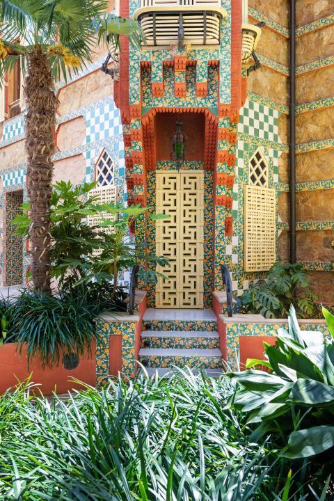 Los detalles verdes y rojos delinean el exterior del edificio.