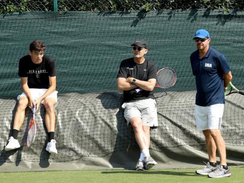 El entrenador David Nainkin (derecha) es el entrenador de tenis masculino del equipo de Estados Unidos para los Juegos Olímpicos de Tokio.