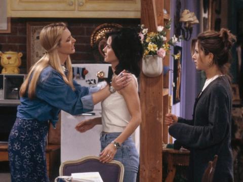 Lisa Kudrow como Phoebe Buffay, Courteney Cox como Monica Geller y Jennifer Aniston como Rachel Green.
