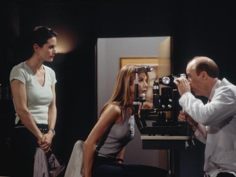 Courteney Cox como Monica Geller, Jennifer Aniston como Rachel Green y Michael Monks como el doctor Miller.