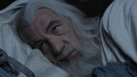 Gandalf durmiendo con ojos abiertos
