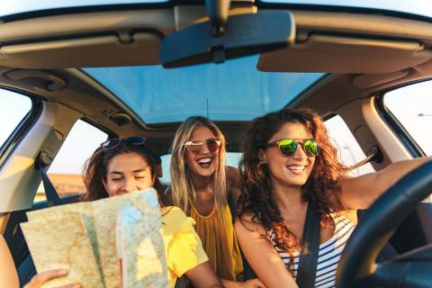 Grupo de amigas de viaje en coche