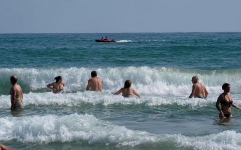 Grupo de bañistas en la playa