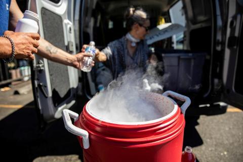 Bidón con hielo seco utilizado para combatir las altas temperaturas en Portland, EEUU, hasta donde se ha extendido la ola de calor que ha causado muertes en Canadá.