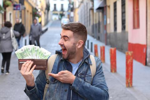 Un hombre con dinero en efectivo