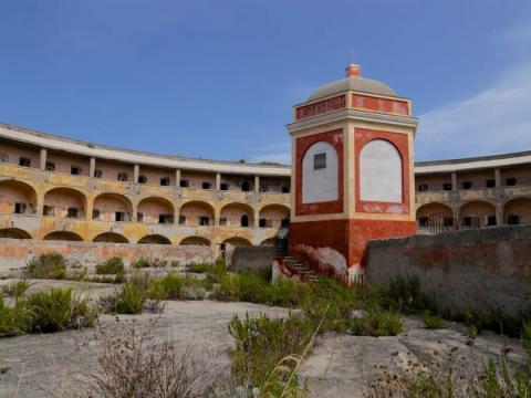La isla tenía un edificio de 3 pisos y 99 celdas.