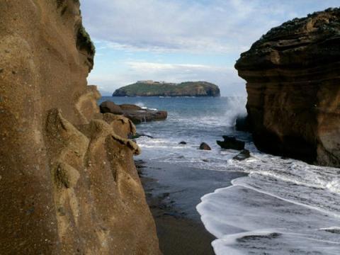 La isla está ubicada en el mar Tirreno.