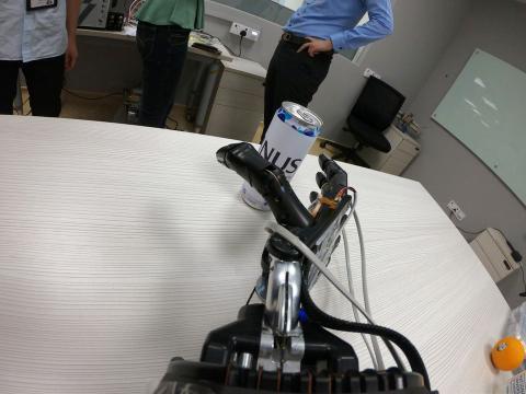 La mano robótica con AiFoam busca una lata en el laboratorio de Ingeniería y Ciencias de Materiales de la Universidad Nacional de Singapur en Singapur.
