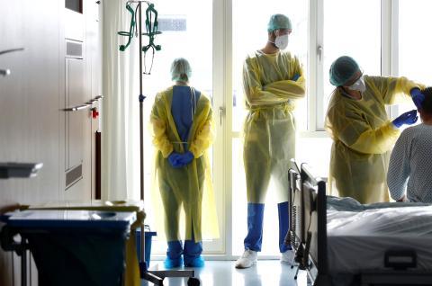 Médicos atendiendo a un paciente.