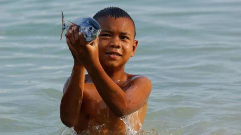 Un niño Moken entrenando para ver perfectamente bajo el agua.
