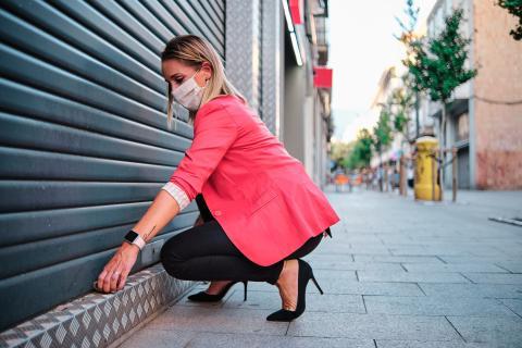 Una mujer comercial abre un negocio.