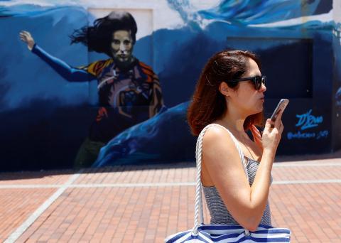 Una mujer habla por teléfono por la calle.