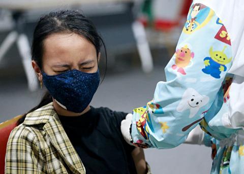 Una mujer se vacuna contra el COVID-19.