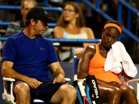El entrenador Nainkin habla con la tenista Sloane Stephens después de perder un set en 2013.