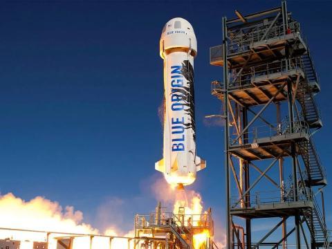 El cohete suborbital reutilizable New Shepard de Blue Origin se lanza hacia el espacio en 2016.