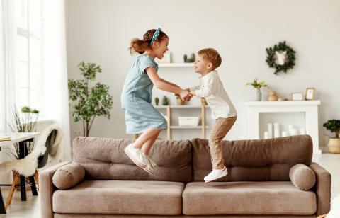 Niños saltando en el sofá