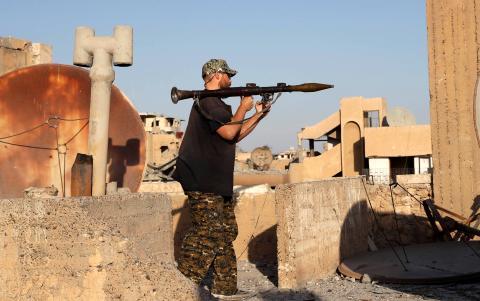 Un combatiente estadounidense se prepara para disparar un RPG durante una batalla en Siria.