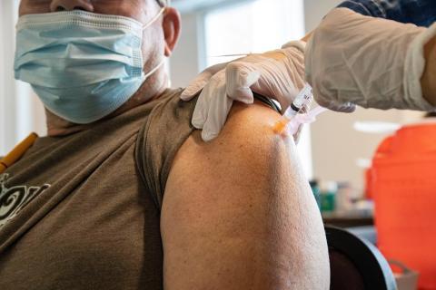 Un hombre recibe una dosis de la vacuna contra el COVID-19.