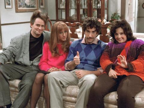 Matthew Perry como Chandler Bing, Jennifer Aniston como Rachel Green, David Schwimmer como Ross Geller y Courteney Cox como Monica Geller.