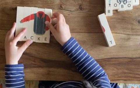 Un niño juega con uno de los productos de Play Go Round.